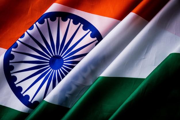 Vista superiore della bandiera nazionale dell'india su legno