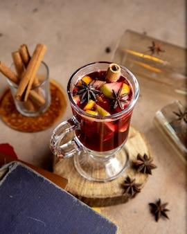 Vista superiore della bevanda di frutta con il bastoncino di cannella e l'anice stellato dell'arancia