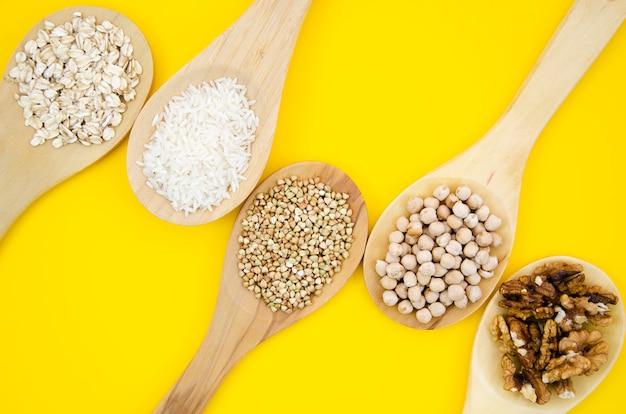 Vista superiore della composizione sana nei cucchiai dei semi