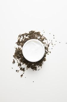 Vista superiore della crema per il corpo con sfondo bianco