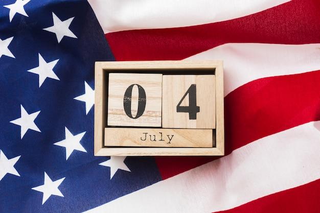 Vista superiore della data di festa dell'indipendenza con la bandiera americana
