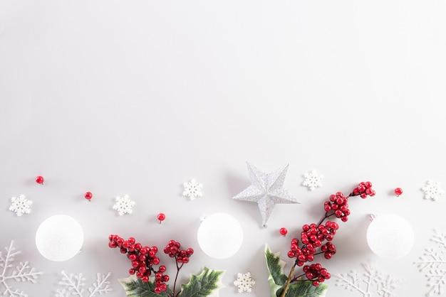 Vista superiore della decorazione di natale su priorità bassa bianca.