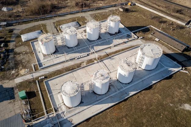 Vista superiore della fabbrica industriale della raffineria di petrolio. serbatoi cilindrici bianchi in metallo.