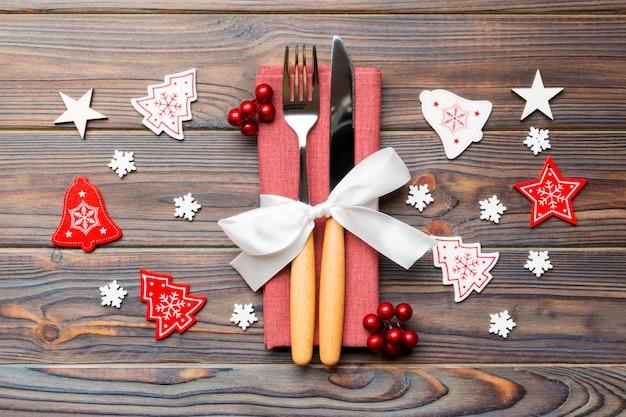 Vista superiore della forchetta e coltello sul tovagliolo su legno