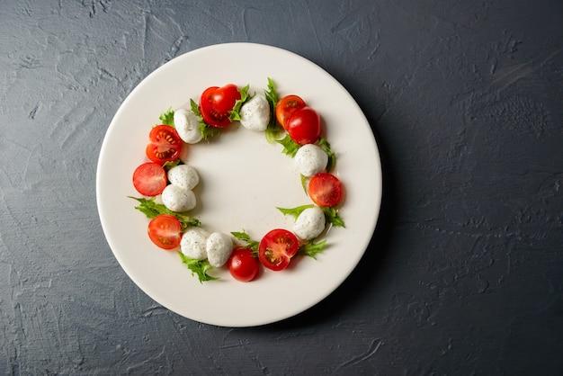 Vista superiore della foto del primo piano del piatto con insalata caprese, disposizione del ristorante di alimento