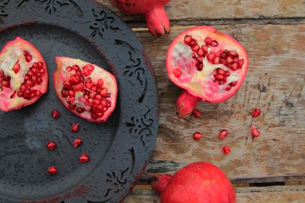 Vista superiore della frutta matura del melograno sul piatto antico