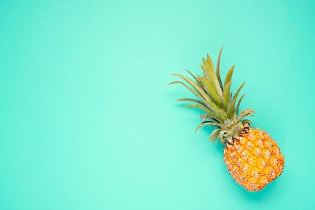 Vista superiore della frutta tropicale dell'ananas sopra fondo blu