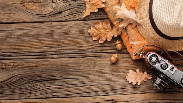 Vista superiore della macchina fotografica con le foglie di autunno e lo spazio della copia