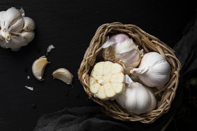 Vista superiore della merce nel carrello fresca dell'aglio