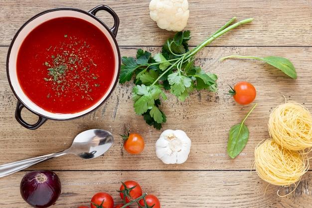 Vista superiore della minestra e del prezzemolo di pomodoro
