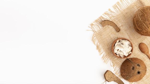 Vista superiore della noce di cocco su tela da imballaggio con lo spazio della copia