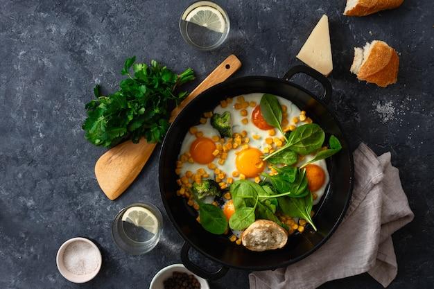 Vista superiore della padella delle uova fritte della prima colazione