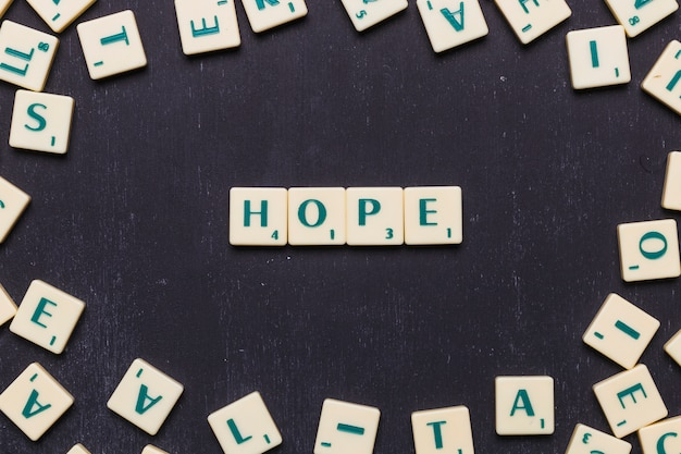 Vista superiore della parola di luppolo fatta con lettere di scrabble su sfondo nero