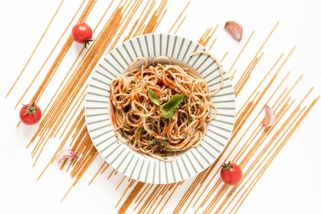 Vista superiore della pasta e dell'ingrediente squisiti degli spaghetti