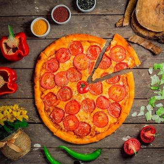 Vista superiore della pizza salame con formaggio e peperoni