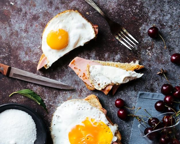 Vista superiore della prima colazione saporita del pane tostato dell'uovo