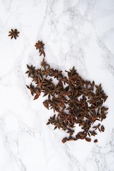 Vista superiore della spezia dell'anice stellato sul bordo di legno