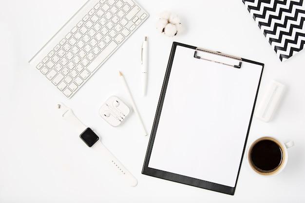 Vista superiore della tabella bianca dell'ufficio con il taccuino