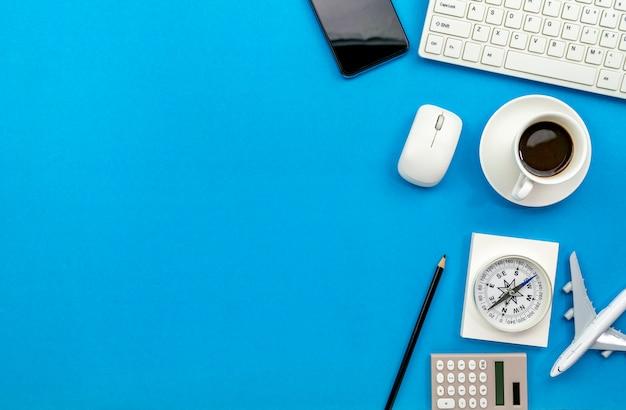 Vista superiore della tabella della scrivania del posto di lavoro e degli oggetti business di affari sullo spazio blu della copia del fondo per il vostro testo