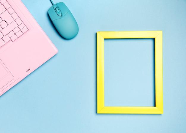 Vista superiore della tastiera rosa con copyspace