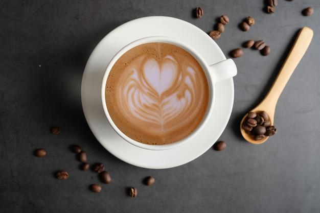 Vista superiore della tazza e dei fagioli di caffè con copyspace.