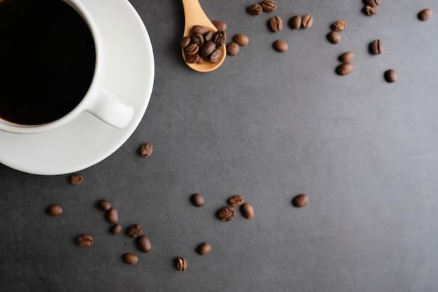 Vista superiore della tazza e dei fagioli di caffè con il fondo dello spazio della copia