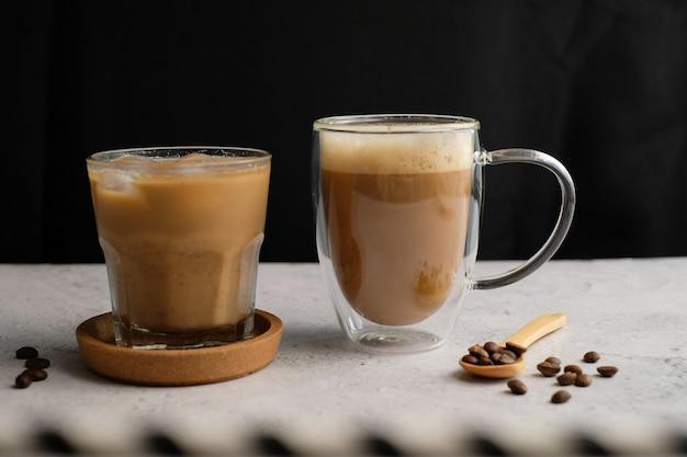 Vista superiore della tazza e dei fagioli di caffè con lo spazio della copia.