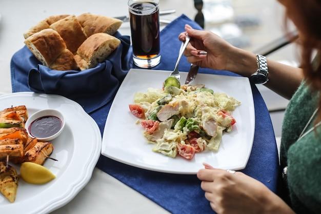 Vista superiore delle acciughe del pollo del pomodoro parmigiano dei cracker dell'insalata di caezar
