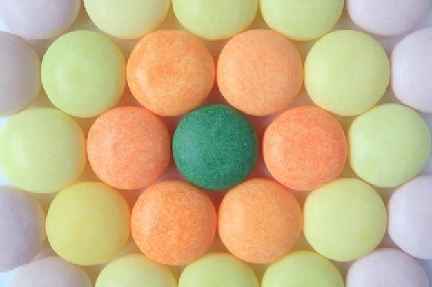 Vista superiore delle caramelle rotonde colorate pastello, primo piano per fondo, struttura