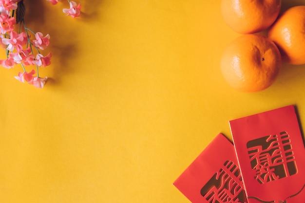 Vista superiore delle decorazioni cinesi di festival del nuovo anno su priorità bassa gialla.