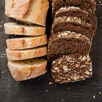 Vista superiore delle fette del pane integrale e bianco