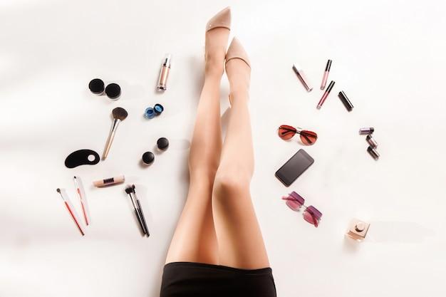 Vista superiore delle gambe delle donne e degli accessori alla moda di modo di estate