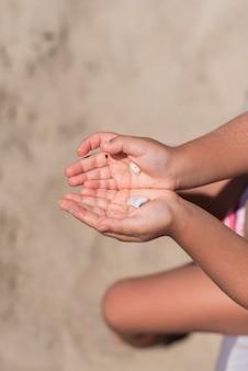 Vista superiore delle mani che tengono conchiglie
