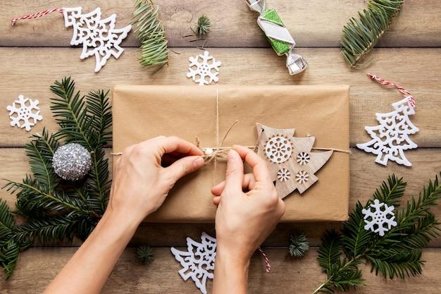 Vista superiore delle mani su regalo di natale