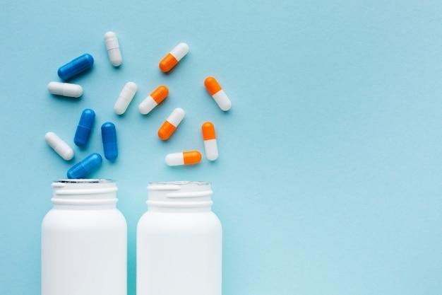Vista superiore delle pillole mediche arancio e blu