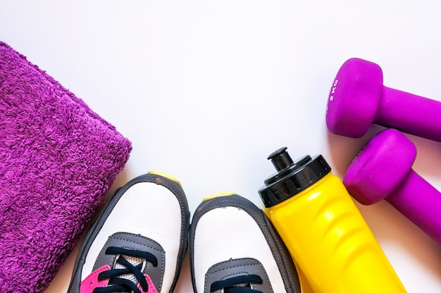 Vista superiore delle scarpe da ginnastica su priorità bassa bianca. indumenti e attrezzature per il fitness. moda sportiva, accessori sportivi, attrezzatura sportiva. concetto sano stile di vita, sport e dieta.