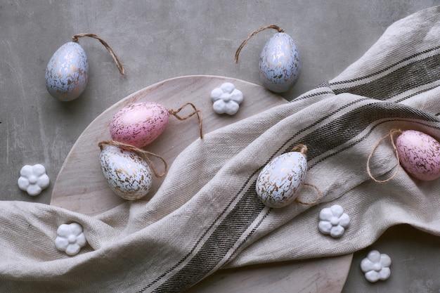 Vista superiore delle uova di pasqua fatte a mano decorative nei colori pastelli sul vassoio di legno