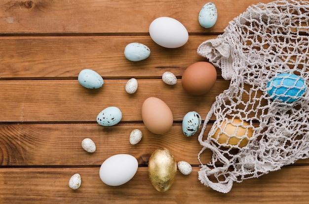Vista superiore delle uova di pasqua nella borsa della maglia