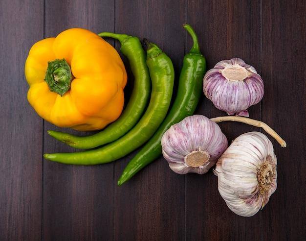 Vista superiore delle verdure come pepe ed aglio su superficie di legno