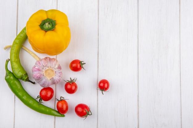 Vista superiore delle verdure come pomodoro dell'aglio di pepe su superficie di legno