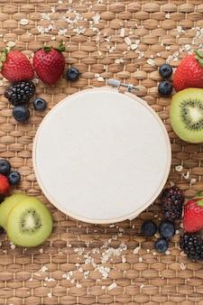 Vista superiore dello spuntino sano della frutta e del tamburo