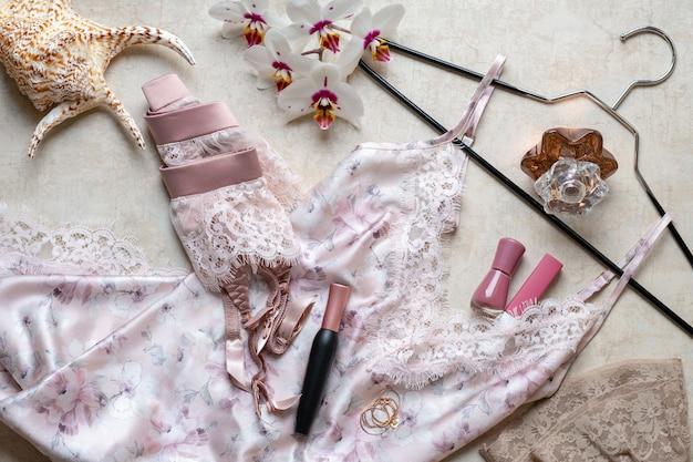 Vista superiore di accessori moda femminile alla moda. lingerie rosa di pizzo, intimo.