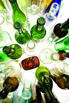 Vista superiore di bottiglie di vetro su bianco