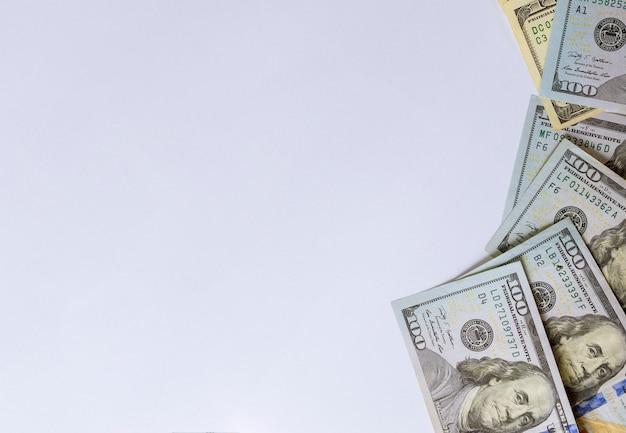 Vista superiore di cento fatture del dollaro su priorità bassa bianca.