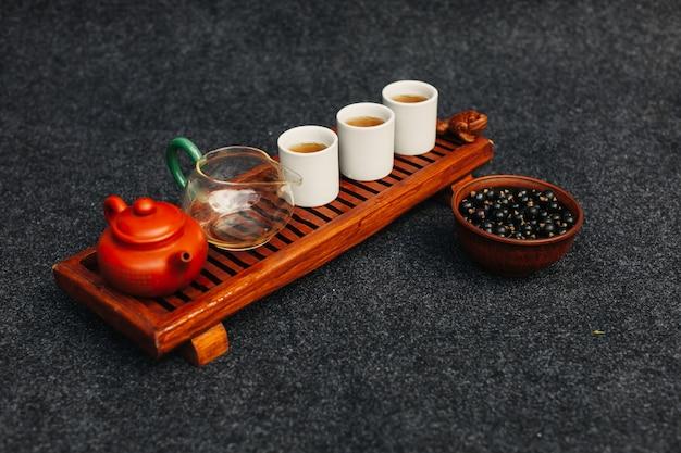 Vista superiore di chaban del tavolo di legno asiatico