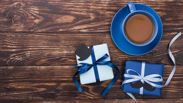 Vista superiore di concetto di festa del papà e contenitori di regalo