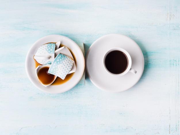Vista superiore di concetto di relazione della tazza di caffè rotta