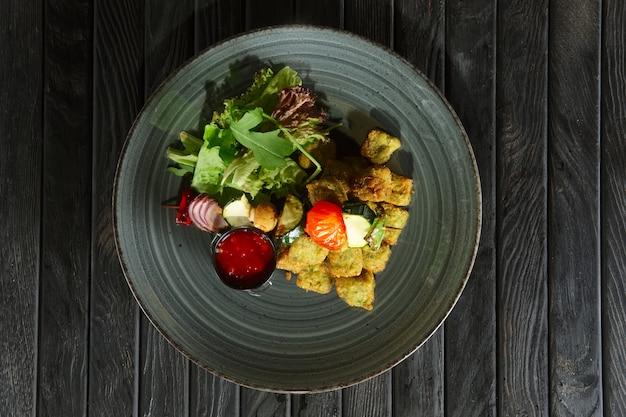 Vista superiore di falafel fritto con verdure grigliate sullo spiedo di legno