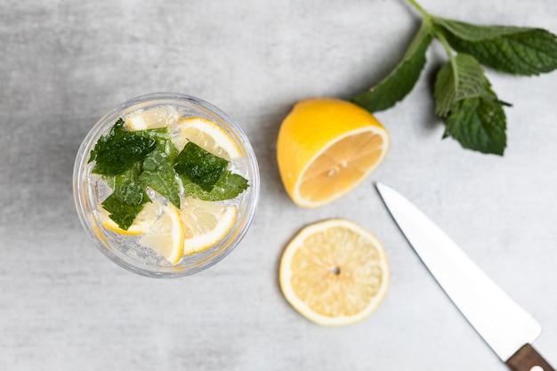 Vista superiore di limonata e foglie di menta su fondo di legno