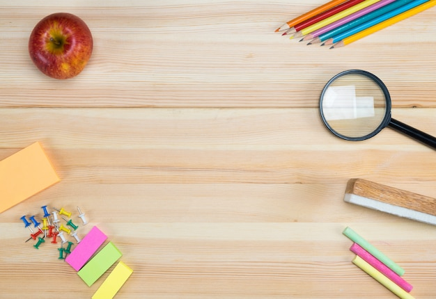 Vista superiore di materiale scolastico su una tavola di legno con spazio per il testo